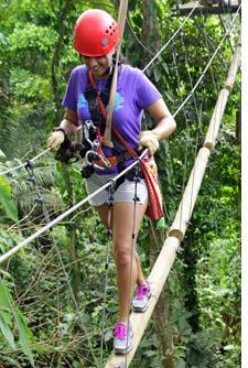 La corda corso di questo zipline inizia con una sezione di tronchi galleggianti